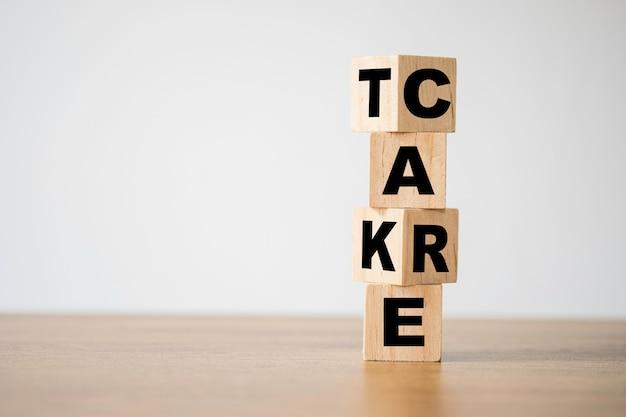 Retournement de prendre soin vous-même des mots qui impriment l'écran sur des blocs de cubes en bois sur la table.