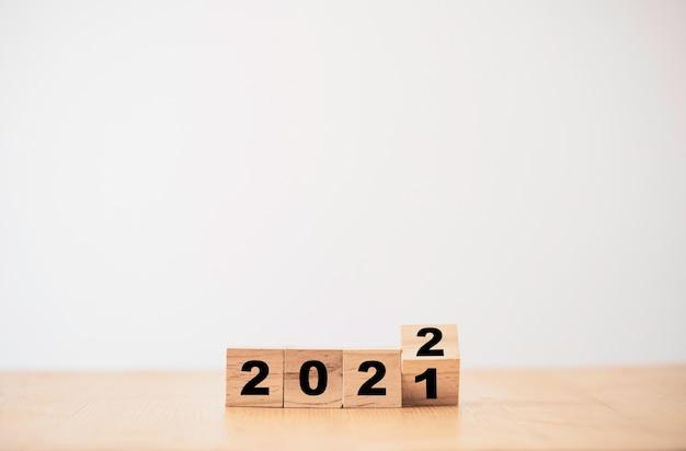 Retourner un bloc de cubes en bois pour changer l'année