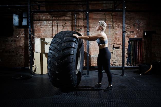 Retourner un pneu dans un gymnase