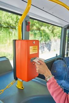 Retrait à la main du ticket de la machine de paiement du bus en gros plan