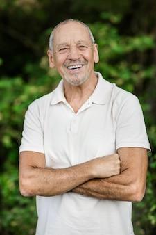 Retrato de hombre maire feliz y sonriente