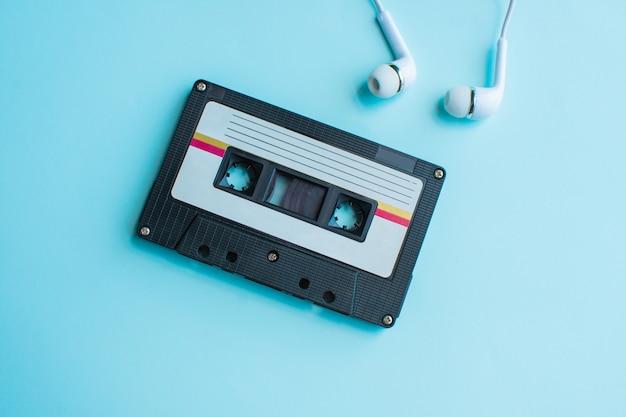 Rétro de cassette sur bleu et rose