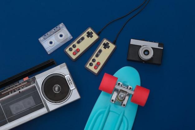 Retro old school attribue des années 80 sur fond bleu classique. vue de dessus. mise à plat