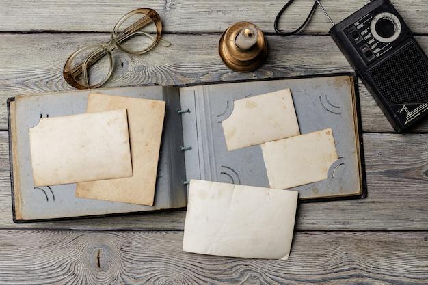 Rétro de vieilles photos sur une table en bois