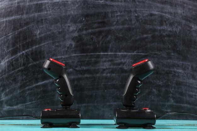Rétrogaming. concours de jeux vidéo. joysticks rétro sur fond de tableau noir