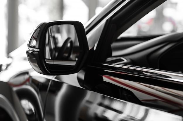 Rétroviseur. concentrez-vous sur la vue miroir. rétroviseur latéral sur une voiture.