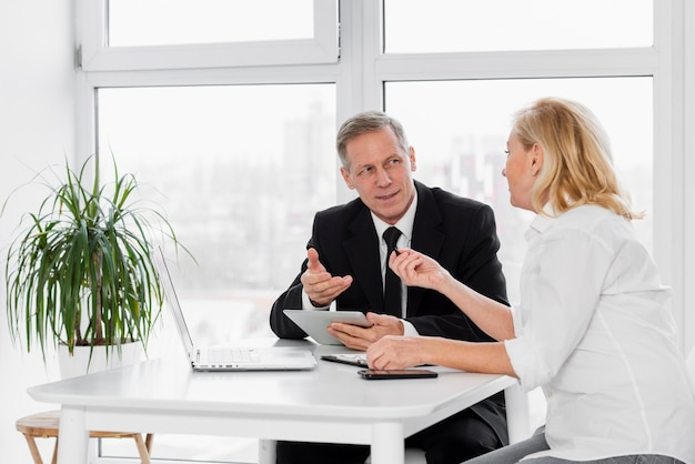 Réunion d'affaires à angle élevé au bureau