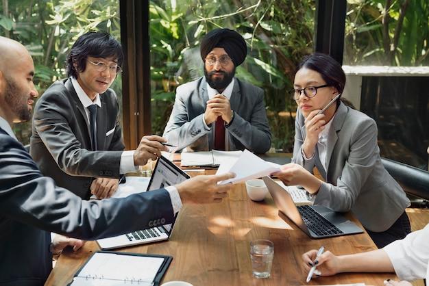 Réunion d'affaires en asie