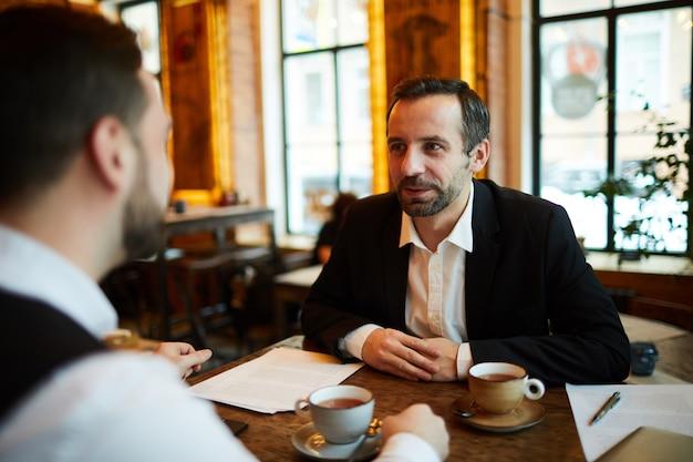 Réunion d'affaires au café