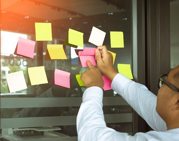 Réunion d'affaires de carrière asiatiques sur bureau notes d'arrière-plan flou