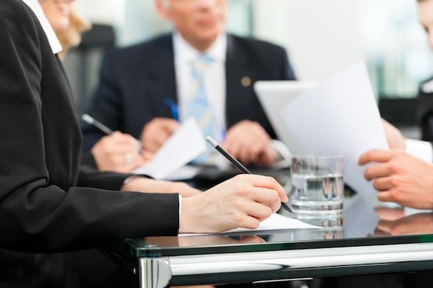 Réunion d'affaires avec contrat de travail