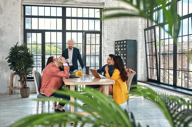 Réunion d'affaires dans un bureau, les hommes d'affaires discutent d'un document ou d'un projet. mise au point sélective
