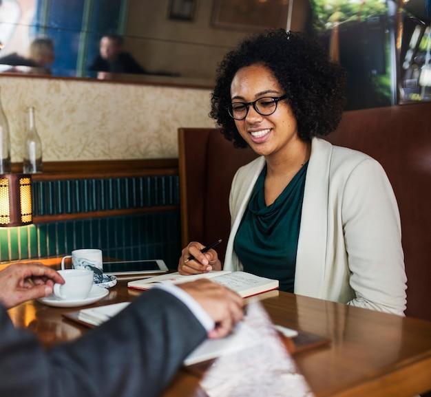 Réunion d'affaires dans un café