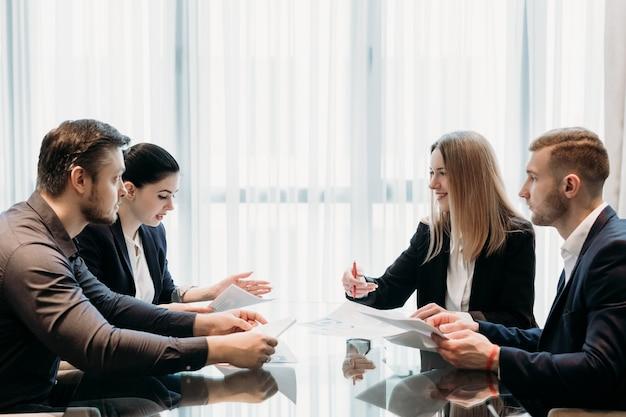 Réunion d'affaires dans l'espace de travail de bureau. les gens communiquent