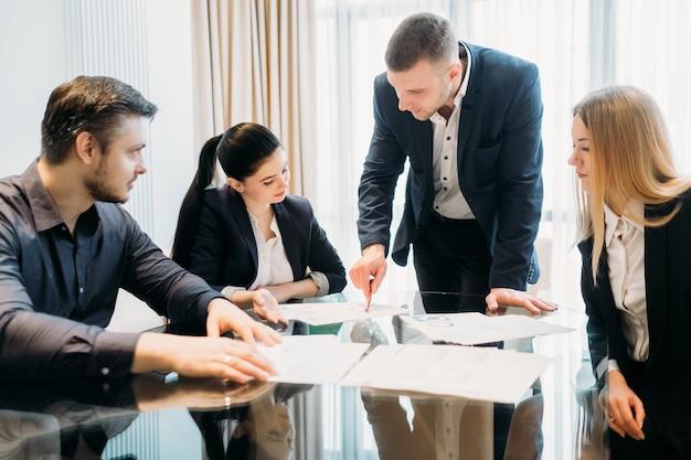 Réunion D'affaires Dans L'espace De Travail De Bureau. Les Gens Communiquent Photo Premium