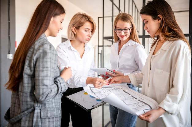 Réunion d'affaires de femmes au bureau