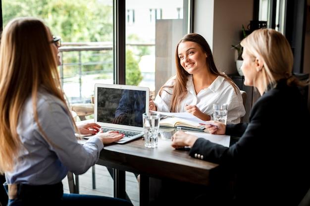 Réunion d'affaires avec des femmes