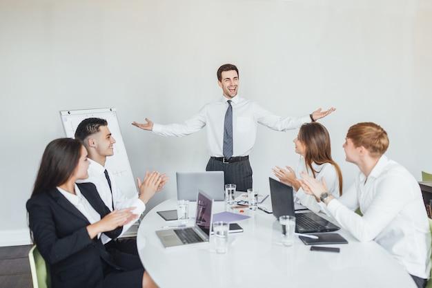 Réunion d'affaires, groupe d'employés de bureau célébrant une victoire.