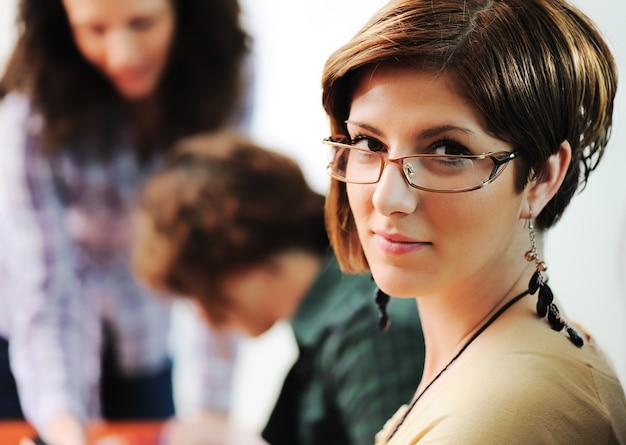Réunion d'affaires, groupe de jeunes cadres travaillant ensemble