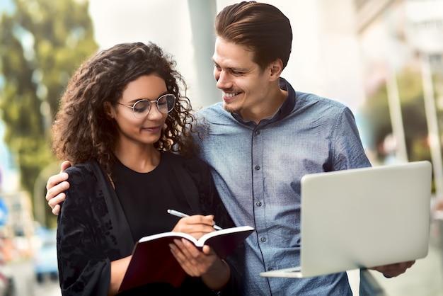 Réunion d'affaires homme et femme discutant du travail et regardant l'écran de l'ordinateur portable travailler ensemble
