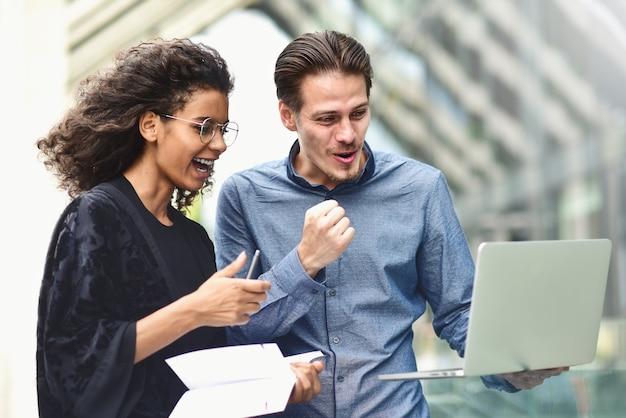 Réunion d'affaires homme et femme discutant du travail et regardant l'écran de l'ordinateur portable
