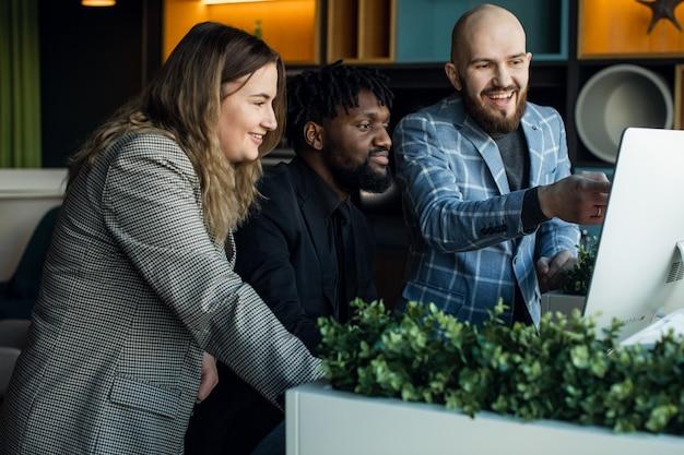Réunion d'affaires une jeune équipe de développement discute d'un nouveau projet équipe multiraciale de professionnels