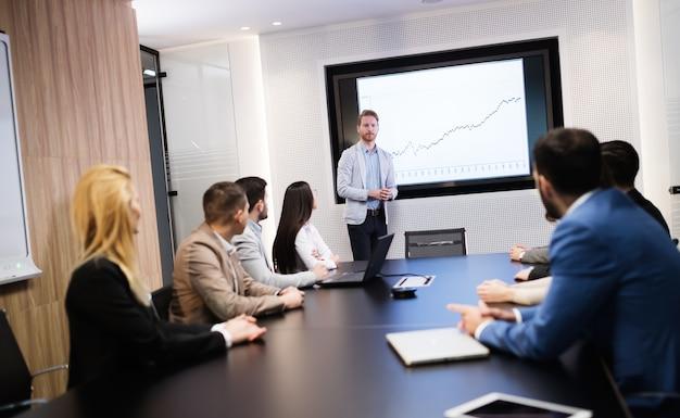 Réunion d'affaires et présentation dans une salle de conférence moderne pour les collègues
