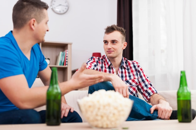Réunion d'amis et boire de la bière