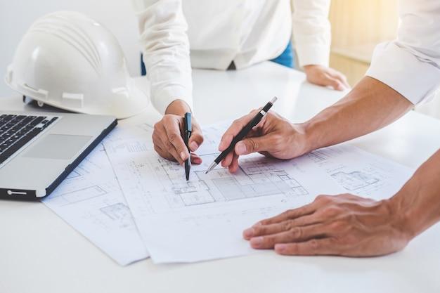 Réunion d'architecte ou d'ingénieur travaillant avec un partenaire sur un projet d'architecture