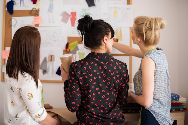 Réunion des créateurs de mode au bureau
