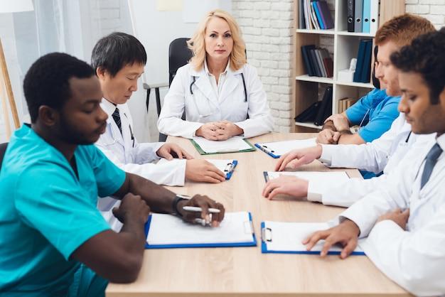 Réunion de diagnostic du groupe multinational de médecins.