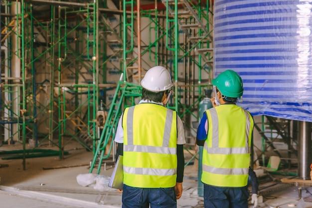 Réunion du groupe d'ingénieurs et des travailleurs, discussion avec l'équipe sur les travaux de chantier