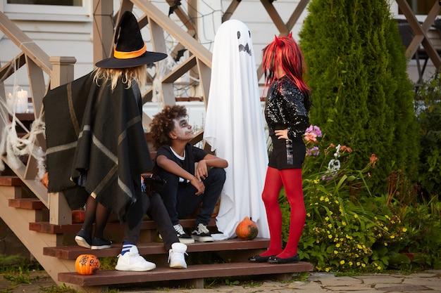 Réunion des enfants à l'halloween