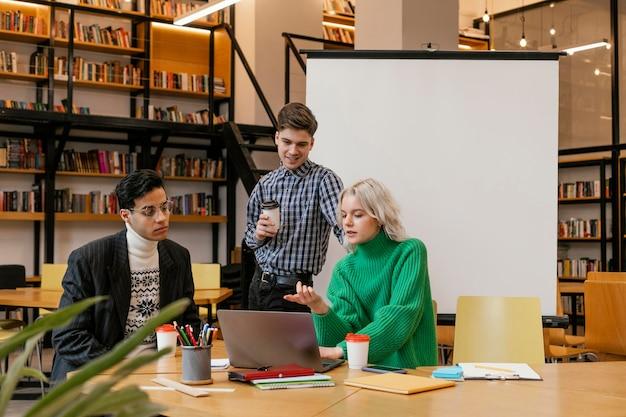 Réunion des entrepreneurs au bureau