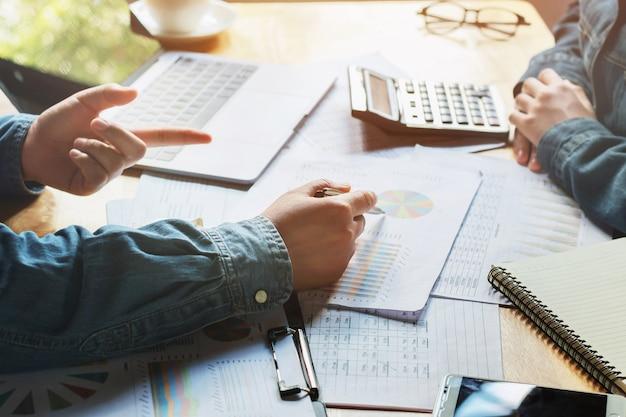 Réunion de l'équipe des affaires audit de travail rapport de comptabilité des finances