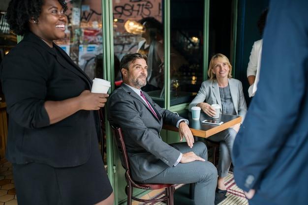 Réunion de l'équipe d'affaires dans un café