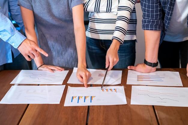 Réunion de l'équipe commerciale et analyse du document financier de l'entreprise