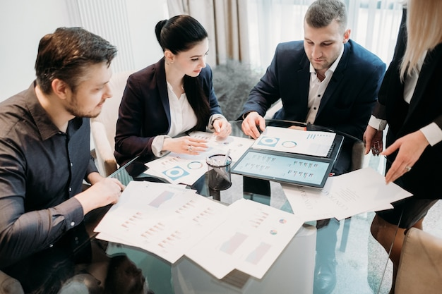 Réunion de l'équipe commerciale dans l'espace de travail de bureau