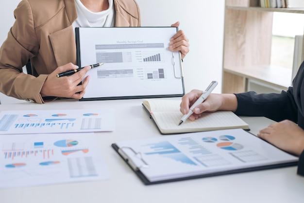 Réunion de l'équipe commerciale présente, un collègue exécutif investisseur discuter de nouveau plan financier