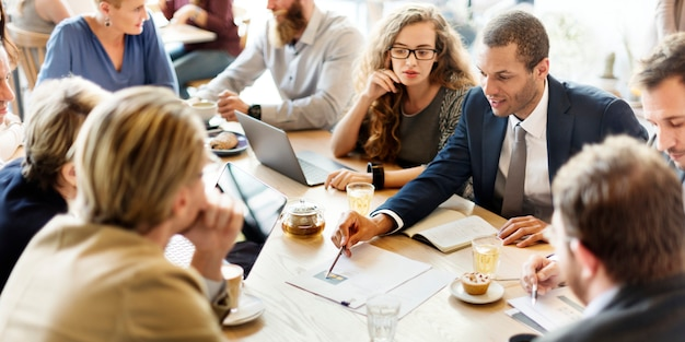 Réunion équipe commerciale stratégie marketing café concept