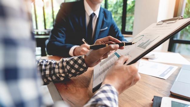 Réunion de l'équipe de créateurs d'entreprise créative réunion pour discuter d'un graphique et d'un graphique.