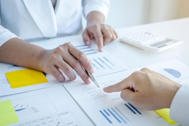 Réunion d'équipe de femme d'affaires et d'hommes d'affaires pour planifier des stratégies visant à augmenter les revenus de l'entreprise. ayez une analyse graphique de brainstorming et discutez du succès de la nouvelle cible.