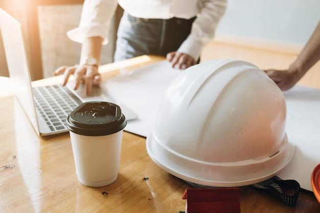 Réunion de l'équipe de jeunes architectes temps présent, ingénieur travaillant avec un nouveau projet de démarrage.