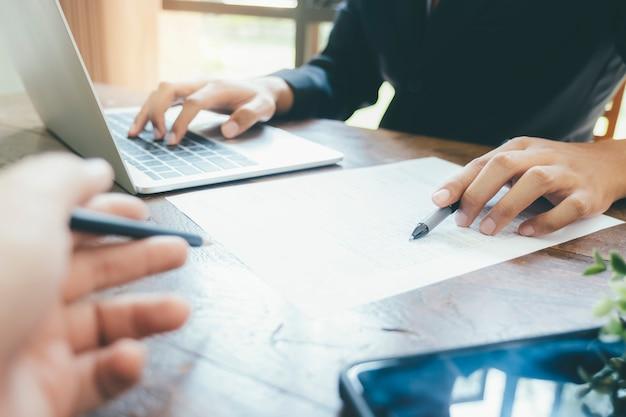 Réunion d'équipes d'hommes d'affaires pour discuter de l'investissement