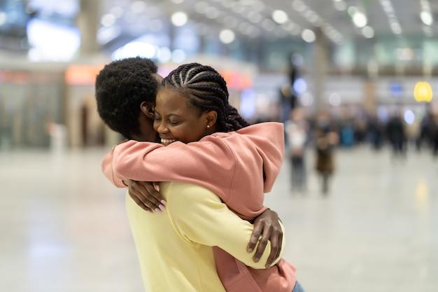 Réunion de famille à l'aéroport