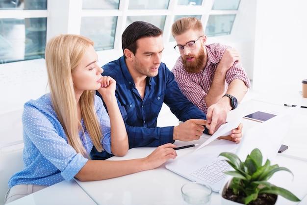 Réunion de gens d'affaires au bureau. concept de partenariat et de travail d'équipe