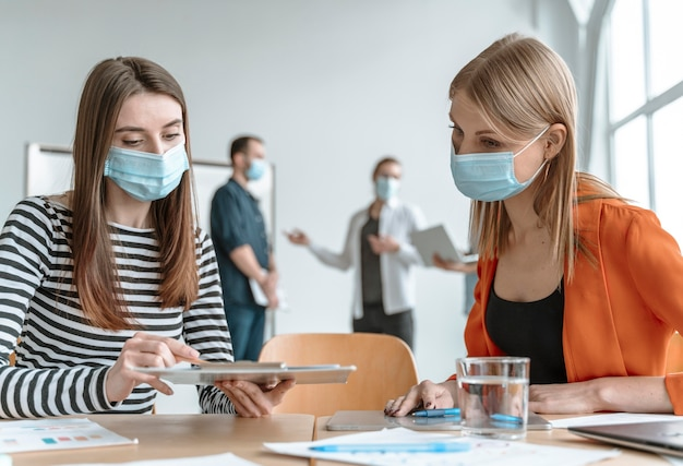 Réunion de gens d & # 39; affaires au bureau portant des masques