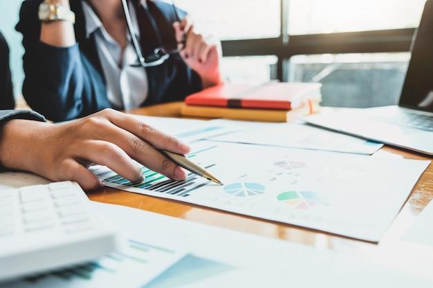 Réunion des gens d'affaires pour discuter de la situation sur le marché. concept financier d'entreprise