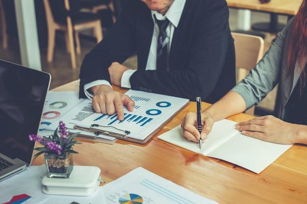 Réunion des gens d'affaires travaillant avec un nouveau projet de démarrage. présentation de l'idée, analyse des plans