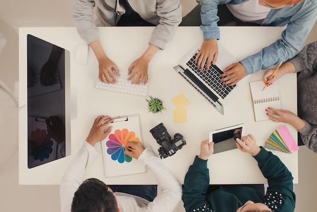 Réunion de graphiste avec ordinateur sur le lieu de travail de l'artiste